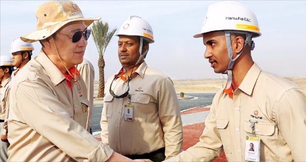 김승연 한화그룹 회장(왼쪽)이 지난해 12월 이라크 비스마야 신도시 건설 현장을 방문해 근로자와 악수하고 있다. 비스마야 지역 1830만㎡(약 550만평)에 10만가구 규모의  신도시를 건설하는 한화건설은  사회기반시설 공사를 추가 수주했다. 한화건설 제공