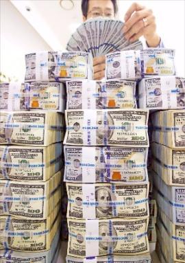 달러 강세 전망에 달러 예금 가입자들이 늘고 있다. 개인 외화예금 잔액은 7개월 만에 60억달러를 넘었다. 한경DB