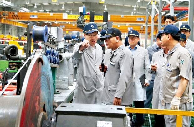 권오준 포스코 회장(왼쪽 첫 번째)이 지난해 8월 솔루션마케팅의 일환으로 고객사인 고려제강 현장을 찾아 강흥구 공장장(두 번째)의 설명을 듣고 있다.