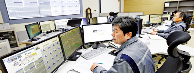두산중공업 창원 본사 발전소 원격관리 서비스센터(RMSC)에서 직원들이 발전소의 가동 상태를 점검하고 있다.