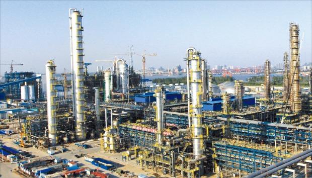 SK그룹이 중국 시장에서 성과를 내고 있다. 사진은 중국 최대 국영 석유기업인 시노펙과 합작해 작년 초 준공한 우한 나프타분해설비(NCC) 공장.