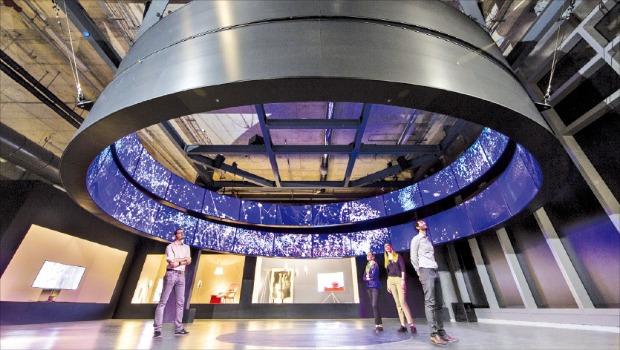 삼성전자는 최근 이탈리아 밀라노에서 열린 '밀라노 가구박람회'에 65인치 SUHD TV 36대를 연결한 거대 원형 디스플레이인 '연결과 융합을 통한 사물인터넷(IoT) 세상'을 전시했다.