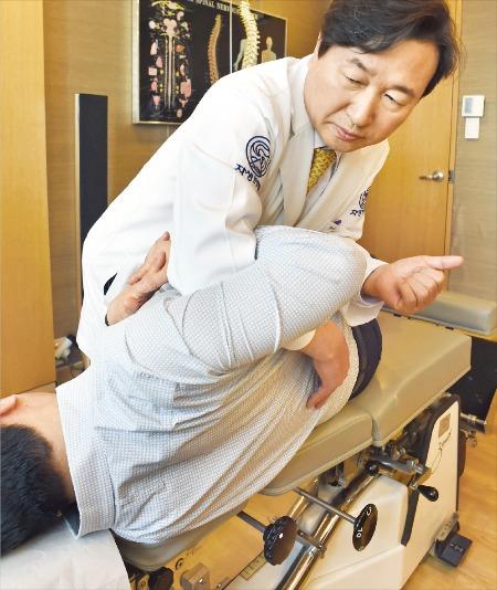 신준식 자생한방병원 이사장이 어깨가 아픈 중년 남성에게 추나요법을 시행하고 있다. 신경훈 기자 nicerpeter@hankyung.com