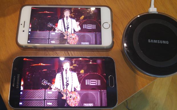 갤럭시S6(아래)와 아이폰6(위)에서 동시에 폴 매카트니 유튜브 영상을 켜 배터리 소모 차이를 비교해봤다. 사진=김민성 기자