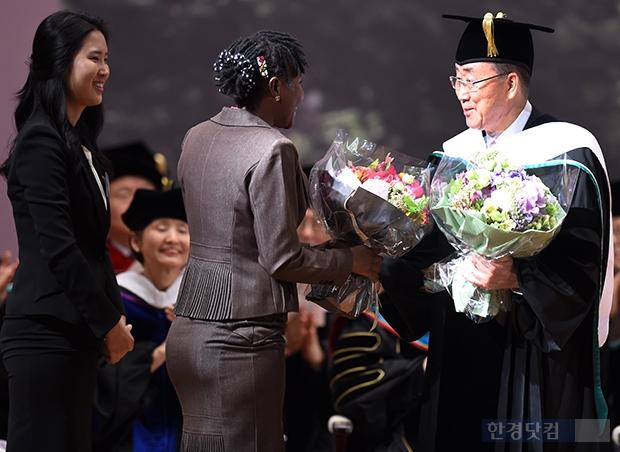 [포토] 한국·가나 학생 꽃다발 받는 반기문 유엔 사무총장