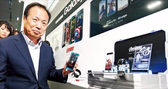 신종균 삼성전자 IT·모바일(IM)부문 사장이 4일 서울 코엑스의 갤럭시 전시장에서 영화 '어벤져스2'에 등장한 제품을 살펴보고 있다. 삼성전자 제공