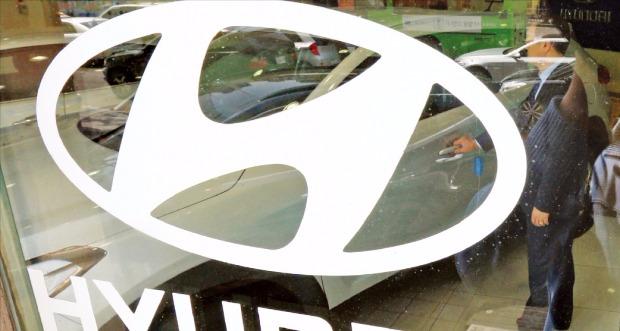 현대자동차가 아반떼, 신형 쏘나타(LF), 쏘나타 하이브리드 등 3개 차종을 5월 한 달간 36개월 무이자 할부로 판매한다.  서울시내 한 현대차 영업소에서 직원이 차량을 살펴보고 있다. 한경DB