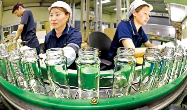 """< """"휴일도 없어요"""" > 영일유리공업 직원들이 어린이날인 지난 5일에도 출근해 화장품용 유리병 제품을 검수하고 있다. 이 회사는 지난달부터 연중무휴로 24시간 근무체제를 가동하고 있다. 화성=정동헌 기자 dhchung@hankyung.com"""