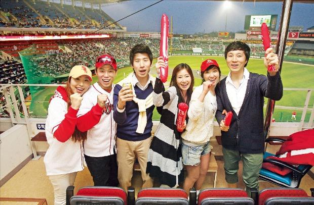 SK와이번스 팬들이 '인천SK 행복드림구장' 스카이박스에서 우승을 기원하며 응원하고 있다.