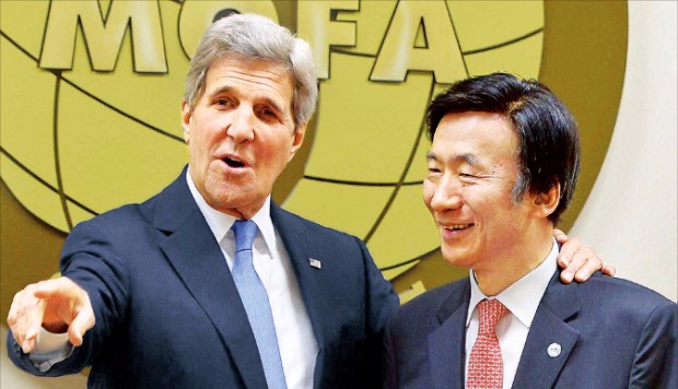 """< """"우리는 친구"""" > 윤병세 외교부 장관(오른쪽)과 존 케리 미국 국무장관이 18일 서울 외교부 청사에서 회담하기 전 얘기하고 있다. 케리 장관은 윤 장관을 '내 친구'로 불렀다. 연합뉴스"""