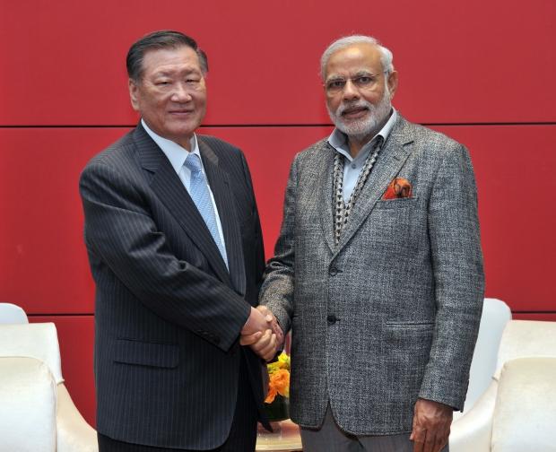 (서울=연합뉴스) 현대차그룹 정몽구 회장이 19일 오전 남대문 밀레니엄힐튼 호텔에서 한국을 방문 중인 나렌드라 모디(Narendra Modi) 인도 총리를 만나 악수를 하고 있다.
