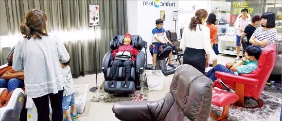 듀오백 제조업체 디비케이가 운영하는 유통매장인 '리얼컴포트' 탄현점에서 고객들이 안마의자를 살펴보고 있다. 디비케이 제공