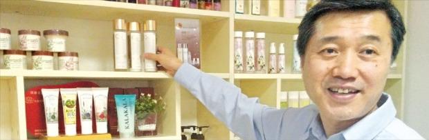 이춘우 카라카라 대표가 중국 베이징시 차오양구 왕징에 있는 사무실에서 자사 제품의 특징을 설명하고 있다. 박수진 기자