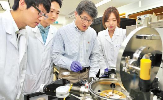 조길원 포스텍 화학공학과 교수(오른쪽 두 번째)가 16일 경북 포항 포스텍 연구실에서 소속 연구원들과 함께 유기반도체를 실험하고 있다. 연구단 제공