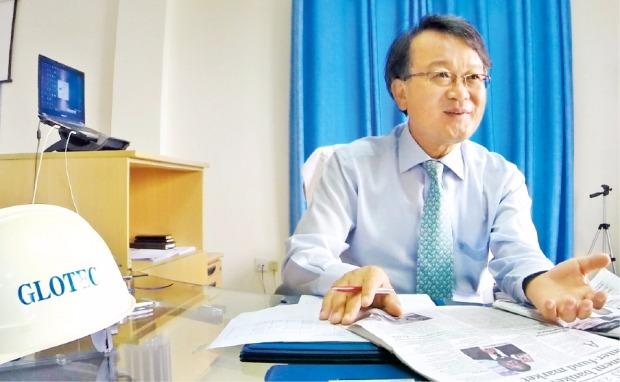 임도재 글로텍 회장이 가나 테마의 본사에서 가나 경제상황에 대해 설명하고 있다. 정영효 기자