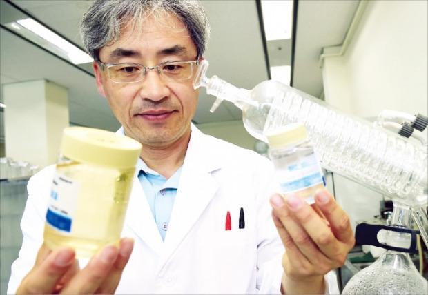 황선원 알파크립텍 대표가 항암, 항산화, 콜레스테롤 저하 등 약리작용을 하는 성분인 사포닌을 인삼에서 추출해 살펴보고 있다. LG제공