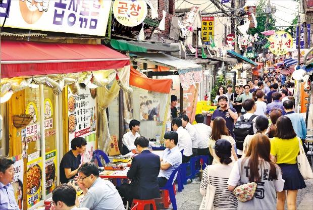 서울 내자동 금천교시장 골목이 직장인과 학생들로 붐비고 있다. 300m 남짓한 이 골목시장에는 80여개의 음식점이 빽빽히 들어서 있다. 김병언 기자 misaeon@hankyung.com