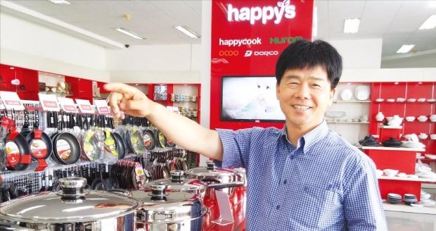 최외석 해피쿡 사장이 베트남 호찌민에 있는 본사 전시장에서 자사 제품에 대해 설명하고 있다. 박수진 기자