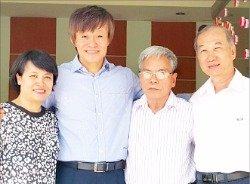 허헌 TT일렉트로닉스 대표(왼쪽 두번째)가 호찌민 인근 떤둥히엡산업단지 내 공장에서 창업 때부터 그를 도운 베트남 현지 임원 세 명과 함 께 환하게 웃고 있다. 박수진  기자