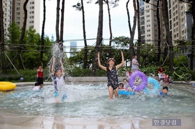 짧아진 여름방학, 아파트 물놀이장에 '풍덩'
