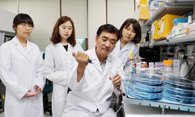 정봉현 바이오나노헬스가드연구단장(오른쪽 두번째)이 연구원들과 신변종 바이러스를 모니터링할 수 있는 헬스가드 시스템에 관해 얘기하고 있다. 바이오나노헬스가드연구단 제공