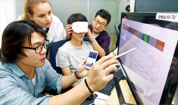 우효준 프라센 대표(왼쪽)와 직원들이 웨어러블(착용형) 기기인 수면안대를 이용해 생체정보를 분석하고 있다. 신경훈 기자 nicerpeter@hankyung.com