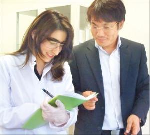 신문원 테크노피아 사장(오른쪽)이 이스탄불 본사 실험실에서 연구원과 특수화학물질 성능시험을 하고 있다.
