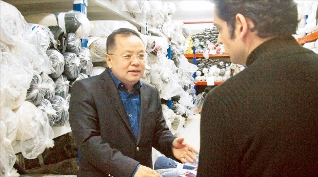 김성렬 SLD 회장이 터키 수도 이스탄불에 있는 본사 원단창고에서 현지인 직원과 판매 전략에 대해 얘기하고 있다. 정영효 기자