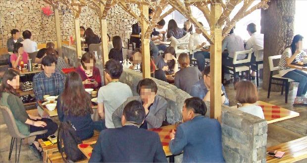 서울 압구정동의 일식전문점 '하루엔소쿠'에서 직장인들이 점심을 먹고 있다. 하루엔소쿠 제공
