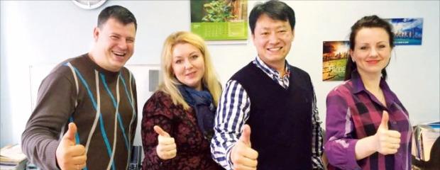 박원규 로뎀 사장(오른쪽 두 번째)이 러시아 직원들과 사무실에서 파이팅을 외치고 있다.