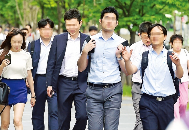 """< """"넥타이는 다 어디 갔을까"""" > 슈트를 입는 남성이 줄면서 정장에 집중하던 전통적인 남성복 업체들이 어려움을 겪고 있다. 지난 10일 아침 서울 여의도에서도 재킷이나 넥타이 없이 출근하는 직장인들이 대부분이었다. 허문찬 기자 sweat@hankyung.com"""