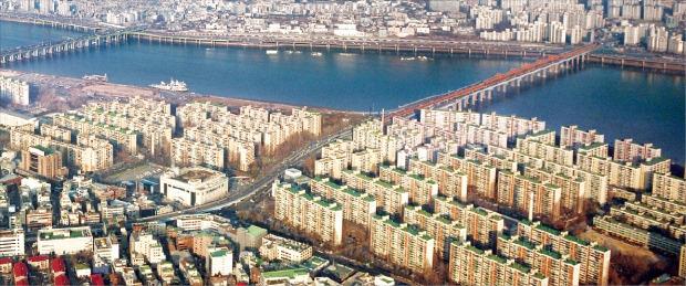 서울 강남권 한강변의 주요 재건축 예정 아파트 가격이 역대 최고가를 잇따라 경신하고 있다. 한경DB