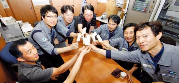두산그룹 직원들이 휴게실에서 간식을 즐기고 있다.