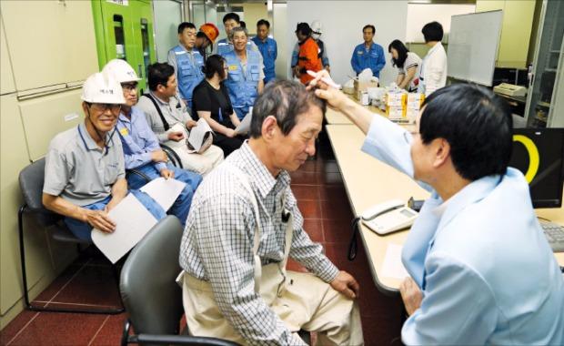 포스코는 무더위에도 묵묵히 일하는 임직원의 건강관리를 돕기 위해 8월 말까지 혹서기 현장 순회진료를 실시한다.