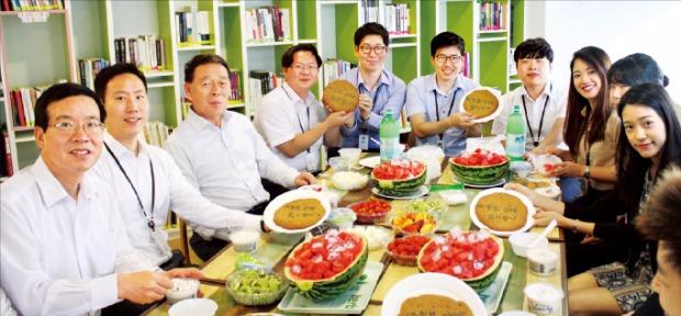 (주)한화 임직원이 회사가 준비한 여름철 간식을 즐기고 있다.