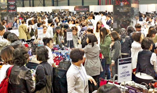 롯데백화점은 23일부터 나흘 동안 경기 고양시 킨텍스에서 대규모 재고떨이 세일을 한다. 사진은 지난 4월 서울 대치동 SETEC에서 연 '블랙쇼핑데이' 행사. 롯데백화점 제공