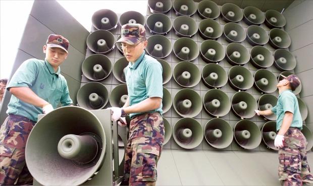 남북 고위급 접촉에서 긴장완화 방안에 합의함에 따라 우리 군은 군사분계선 일대에서 모든 확성기 방송을 25일 낮 12시부터 중단했다. 군은 북한군의 목함지뢰 도발 응징 차원에서 지난 10일 대북 확성기 방송을 11년 만에 시작했다. 연합뉴스