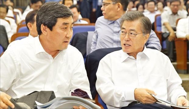새정치민주연합 문재인 대표(오른쪽)와 이종걸 원내대표가 28일 국회에서 열린 의원 워크숍에 참석했다. 연합뉴스