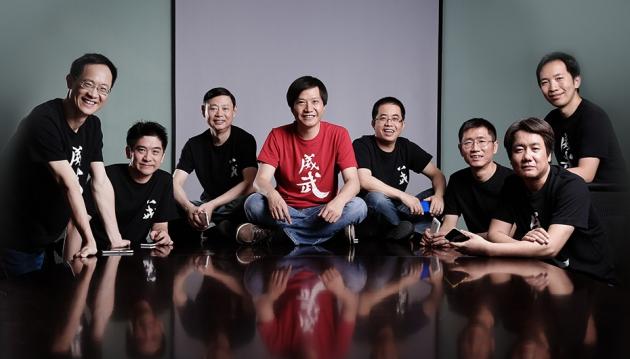 샤오미를 이끌고 있는 공동창업자 및 경연진들. 한 가운데 레이쥔 회장(가운데)이 빨간 티셔츠를 입고 환하게 웃고 있다. 사진=샤오미 공식 홈페이지