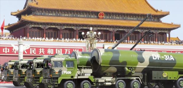 중국이 전승 70주년을 맞아 3일 처음 공개한 대륙간탄도미사일(ICBM) 둥펑(DF)-31A가 군용차량에 실려 중국 베이징의 톈안먼광장 앞을 지나고 있다. 2007년 실전 배치된 둥펑-31A의 사거리는 약 1만㎞로 미국 본토 대부분에 도달할 수 있으며 핵탄두도 탑재할 수 있다. 베이징AP연합뉴스