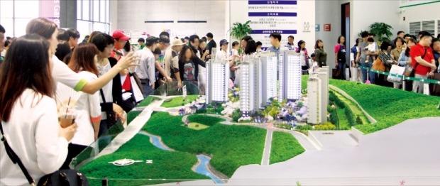 아파트 분양 증가와 함께 2~3년 뒤 입주 물량이 크게 늘어나는 일부 지방도시에서 주택 공급과잉 우려의 목소리가 나오고 있다. 최근 경남의 한 도시에서 분양된 아파트 모델하우스 내부. 한경DB