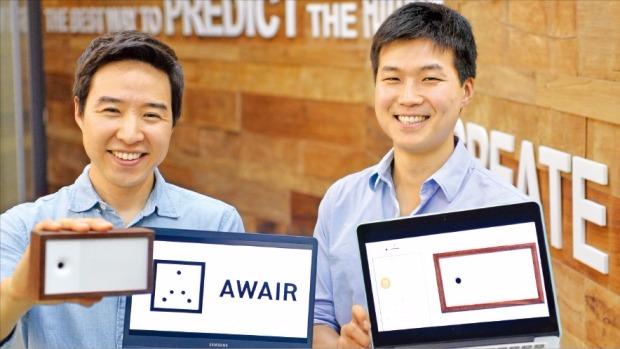 노범준 비트파인더 대표(왼쪽)가 사물인터넷(IoT) 기반 실내공기 측정기 '어웨어'의 기능을 설명하고 있다. 김병언 기자 misaeon@hankyung.com