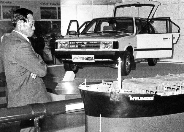 아산이 1982년 출시한 포니2를 전시하고 있는 코엑스 전시장을 둘러보고 있다. 한경DB