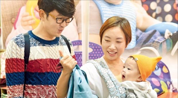 '2015 서울베이비페어' 홍보대사인 윤형빈·정경미 씨 부부가 유아용품을 고르고 있다.