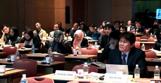 제25회 서울 세계도로대회 3일째 행사가 이어진 4일 개발도상국 정부대표단을 대상으로 한국 도로교통 산업의 발전과정과 우수성을 알리는 '한국의 길' 공동세미나가 열렸다.