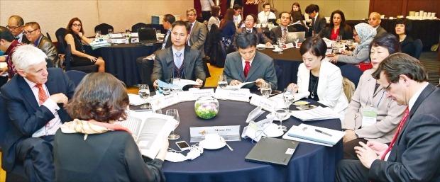 2일 서울 삼성동 그랜드인터컨티넨탈파르나스호텔에서 열린 '동아시아·태평양(EAP) 워크숍 2015'에서 각국 참석자들이 주제발표를 듣고 있다. 허문찬 기자 sweat@hankyung.com