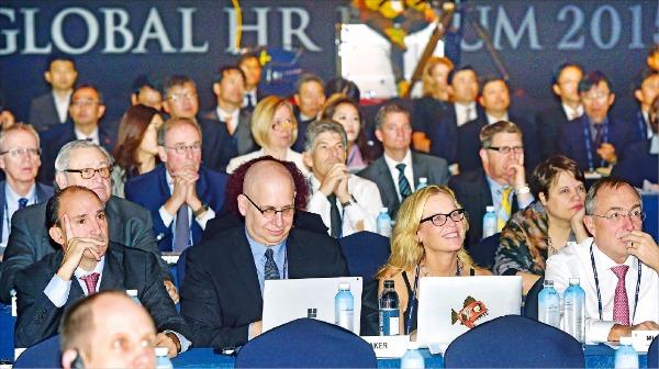 서울 삼성동 그랜드인터컨티넨탈파르나스호텔에서 4일 열린 '글로벌 인재포럼 2015' 개회식에서 참석자들이 고촉통 전 싱가포르 총리의 기조연설을 듣고 있다. 허문찬 기자 sweat@hankyung.com