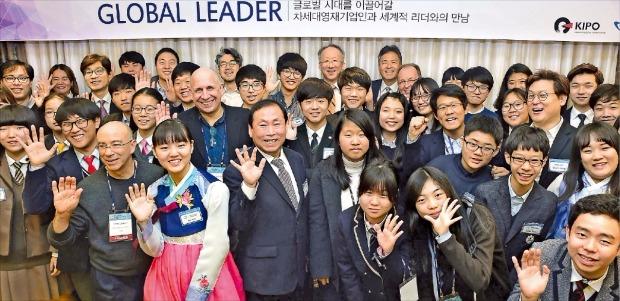 '글로벌 인재포럼 2015'에 참석한 해외 연사들과 기업인, 차세대 영재 학생들이 5일 서울 삼성동 오크우드프리미어 코엑스센터에서 열린 '차세대 영재 기업인과 세계적 리더의 만남'에서 활짝 웃고 있다. 허문찬 기자sweat@hankyung.com