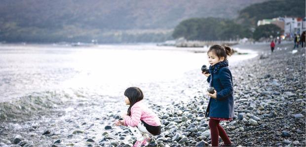 거제 몽돌해변에서 즐거운 시간을 보내는 아이들