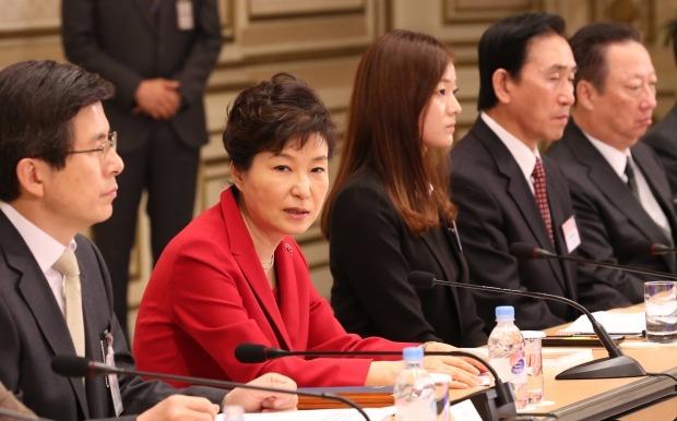 박근혜 대통령이 6일 청와대에서 열린 제4차 규제개혁장관회의 및 민관합동규제개혁 점검회의를 주재하고 있다. 연합뉴스